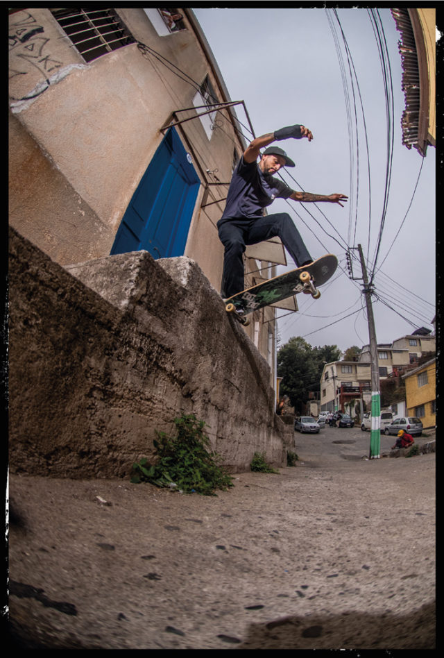 Kike Leyton de backside tailslide en un low to high del cerro Toro.